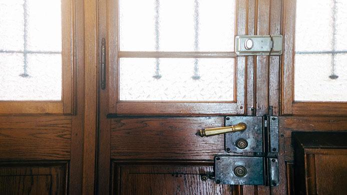 Dlaczego warto postawić na drzwi wejściowe z przeszkleniem